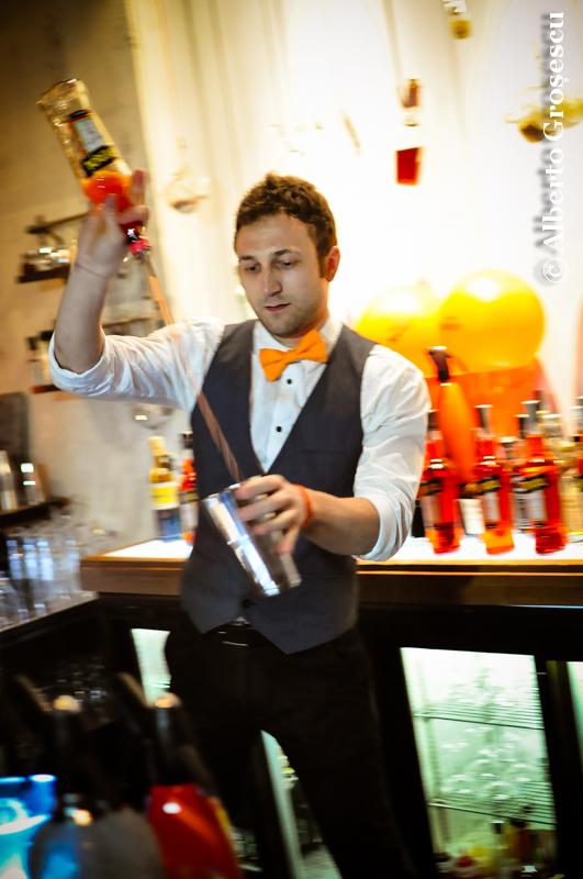 foto barman aperol spritz